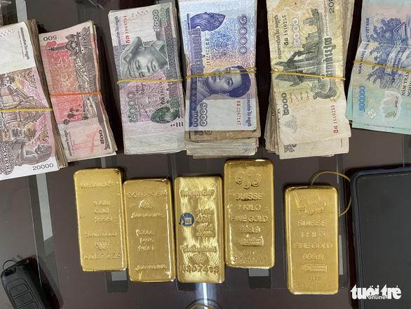 Bắt quả tang người phụ nữ vận chuyển 5kg kim loại nghi là vàng 9999 - Ảnh 2.