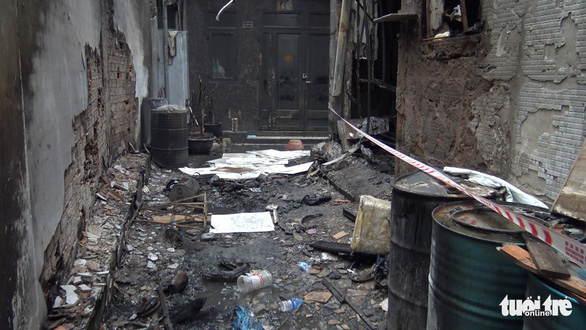 Vụ cháy 8 người chết: Nhiều thùng phuy hóa chất chắn lối thoát duy nhất - Ảnh 1.