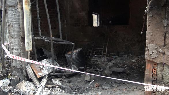 Vụ cháy 8 người chết: Nhiều thùng phuy hóa chất chắn lối thoát duy nhất - Ảnh 2.