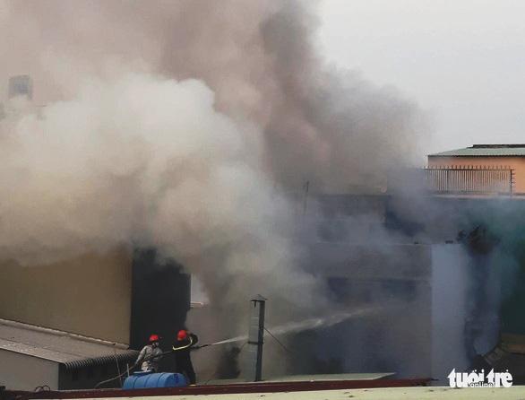 Tại sao 8 người bị chết ngạt trong đám cháy dù đang là ban ngày? - Ảnh 1.
