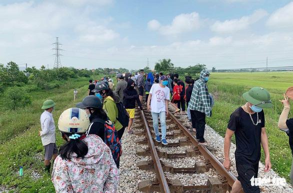 Điều tra vụ bé gái 6 tuổi chết gần đường tàu và người phụ nữ bỏ chạy trong hoảng loạn - Ảnh 2.