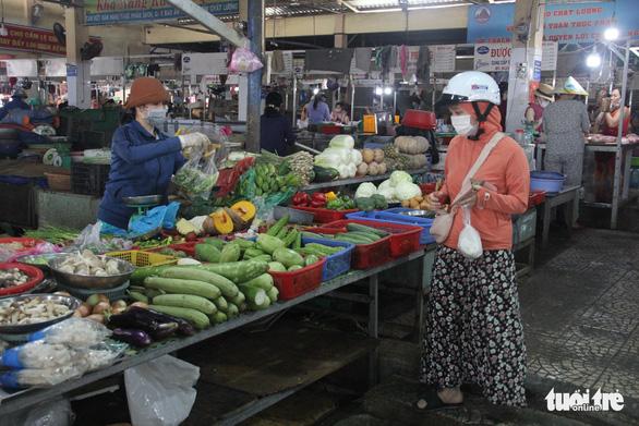 Trước giờ tem phiếu, chợ Đà Nẵng vẫn vắng vì năm ngoái ăn đồ tủ lạnh ớn rồi - Ảnh 1.