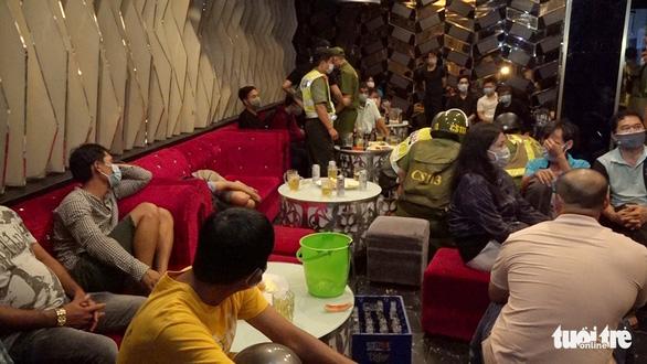 Phát hiện công an, 24 khách hát karaoke T3 tháo chạy cửa sau - Ảnh 1.