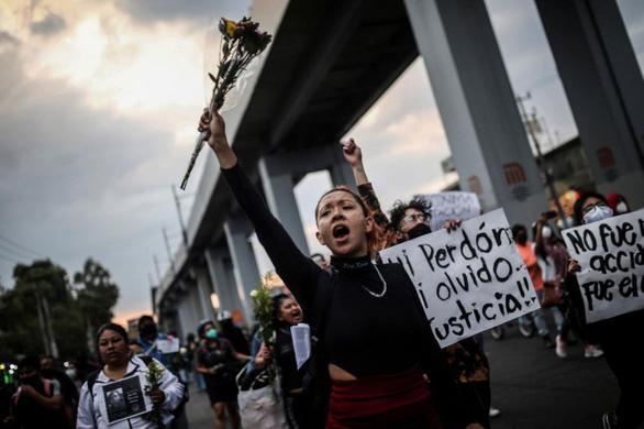 Dân Mexico City biểu tình phản đối chính quyền sau vụ sập đường sắt trên cao - Ảnh 1.