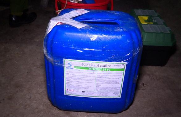 Phát hiện cơ sở nghi chế biến cá khô bằng hóa chất có hại nếu nuốt phải - Ảnh 3.