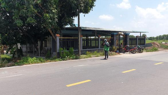 Hai thanh niên đi xe máy tông CSGT và dân quân nhập viện - Ảnh 2.