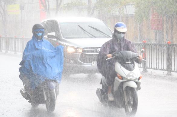 Sắp có bão vào Biển Đông, mưa dông gia tăng - Ảnh 1.