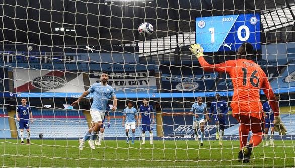 Thua ngược Chelsea, Man City chưa thể lên ngôi vô địch - Ảnh 2.