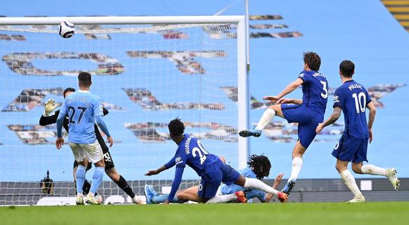 Thua ngược Chelsea, Man City chưa thể lên ngôi vô địch - Ảnh 4.