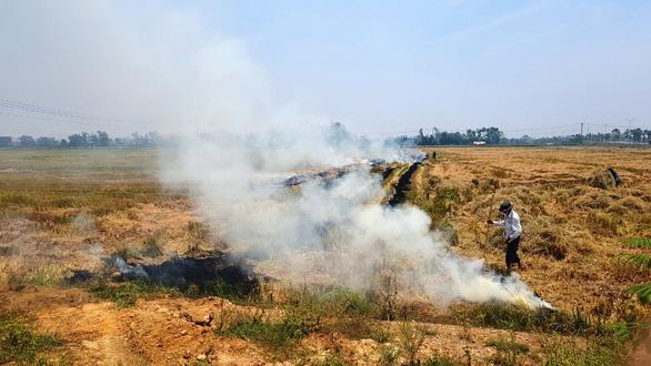 TP Huế mờ trong khói mù nghi do người dân đốt rơm rạ sau gặt - Ảnh 3.