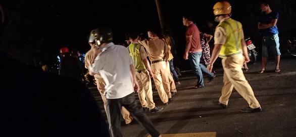 Hai thanh niên đi xe máy tông CSGT và dân quân nhập viện - Ảnh 1.