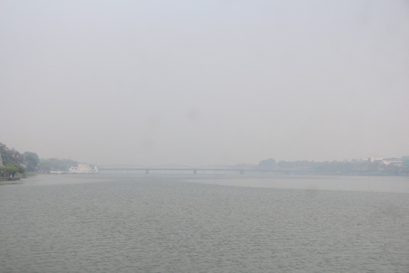 TP Huế mờ trong khói mù nghi do người dân đốt rơm rạ sau gặt - Ảnh 1.
