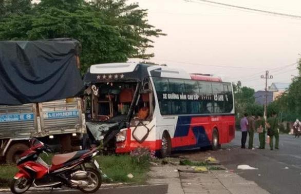 Xe tải đối đầu xe khách, một người tử vong - Ảnh 2.