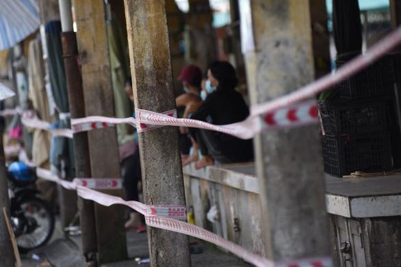 Chợ Phú Nhuận lại ngưng hoạt động, lấy mẫu xét nghiệm hơn 1.000 người - Ảnh 2.