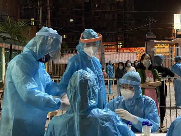 Peter Phạm, Quỳnh Hoa, Quốc Bình... tình nguyện hỗ trợ xét nghiệm COVID-19 ở Gò Vấp - Ảnh 4.