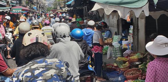Nhiều chợ ở TP.HCM tấp nập, lo quả bom COVID-19 - Ảnh 4.