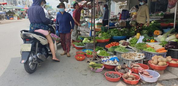 Nhiều chợ ở TP.HCM tấp nập, lo quả bom COVID-19 - Ảnh 3.
