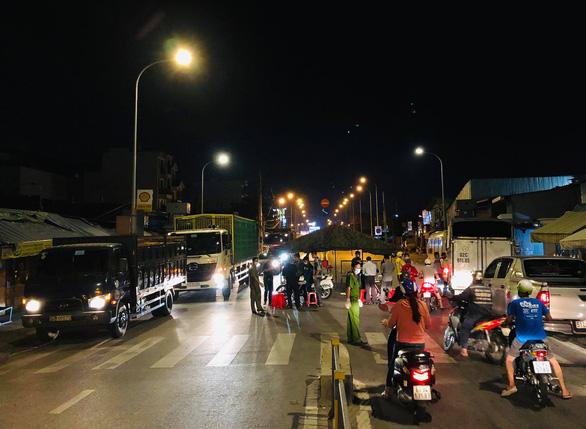 Tái lập 10 chốt kiểm soát ra vào quận Gò Vấp trong đêm 31-5 - Ảnh 7.