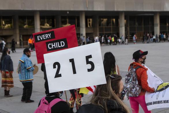 Thủ tướng Canada: 215 hài cốt trẻ em mới phát hiện không phải cá biệt - Ảnh 1.