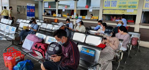 Vẫn bán vé đi TP.HCM, nhà xe ở Cần Thơ bị phạt 15 triệu đồng - Ảnh 1.