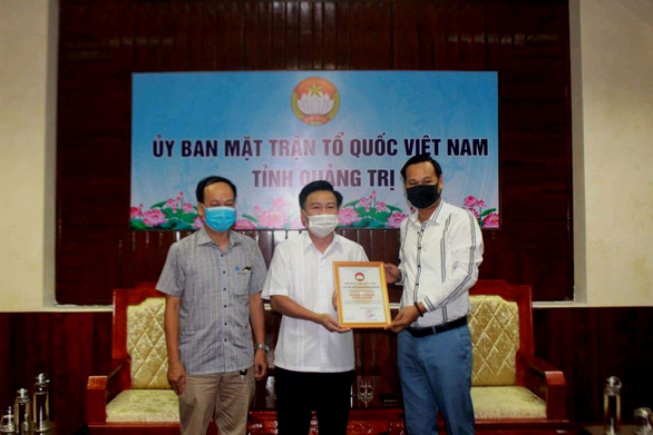 Nghệ sĩ Hoài Linh đã trao 2,4 tỉ đồng tiền kêu gọi cứu trợ bão lụt cho Quảng Trị - Ảnh 1.