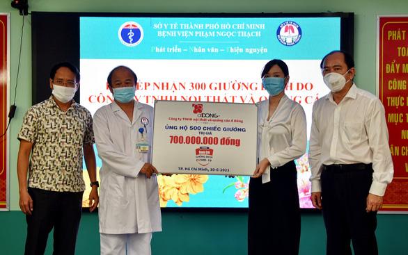 Tặng 500 giường bệnh, tiếp sức cho hai bệnh viện điều trị COVID-19 ở TP.HCM - Ảnh 1.