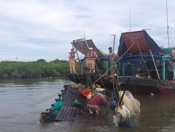 Cảnh sát đường thủy cứu sống ngư dân bị chìm tàu - Ảnh 1.