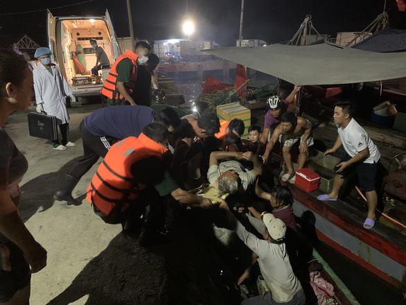 Cứu hộ khẩn cấp một tàu cá bị đâm chìm trong đêm - Ảnh 1.