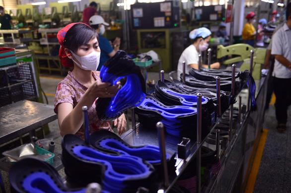 Phó chủ tịch UBND TP.HCM Dương Anh Đức kiểm tra công tác chống dịch tại Công ty PouYuen - Ảnh 2.