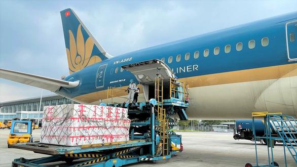 Vắng khách do dịch COVID-19, hàng không xoay xở bằng chở hàng hóa - Ảnh 1.