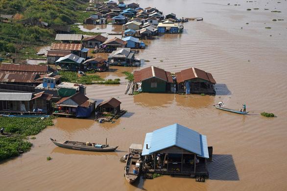 Việt Nam đã tham vấn với Campuchia về việc giải tỏa nhà nổi có đông người Việt Nam sinh sống - Ảnh 1.