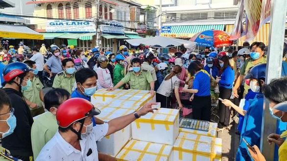 Dân tập trung mua vải thiều quá đông, Bạc Liêu khẩn cấp yêu cầu thực hiện 5K - Ảnh 1.