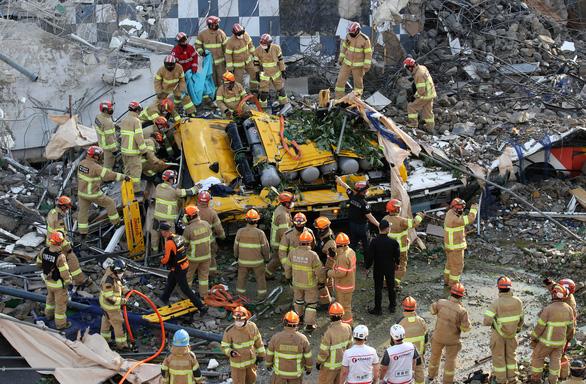 Tòa nhà đổ sập lên xe buýt ở Hàn Quốc, 9 người chết - Ảnh 1.