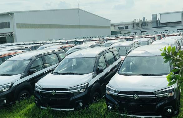 Tiêu thụ ô tô đồng loạt giảm, hãng xe thêm gánh nặng thiếu chip sản xuất - Ảnh 1.