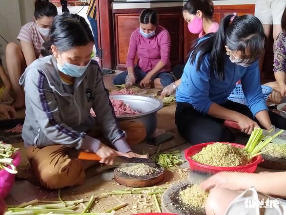 Phụ nữ vùng lũ Quảng Trị kho cá khô, làm muối ruốc gửi Bắc Giang - Ảnh 4.