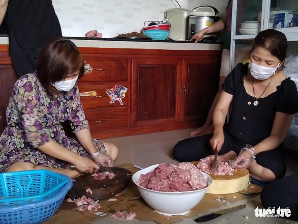 Phụ nữ vùng lũ Quảng Trị kho cá khô, làm muối ruốc gửi Bắc Giang - Ảnh 5.