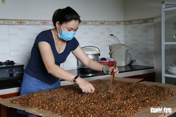 Phụ nữ vùng lũ Quảng Trị kho cá khô, làm muối ruốc gửi Bắc Giang - Ảnh 6.