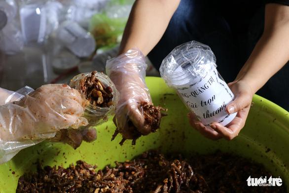 Phụ nữ vùng lũ Quảng Trị kho cá khô, làm muối ruốc gửi Bắc Giang - Ảnh 7.