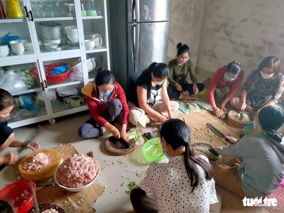 Phụ nữ vùng lũ Quảng Trị kho cá khô, làm muối ruốc gửi Bắc Giang - Ảnh 2.