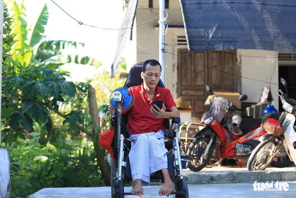 Dù đang dịch COVID-19, vẫn ngồi xe lăn đi xin tiền giúp hàng xóm mua quan tài - Ảnh 2.
