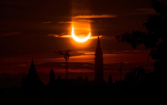 Chiêm ngưỡng ảnh chụp nhật thực 'vòng lửa' ngày 10-6 - Ảnh 3.