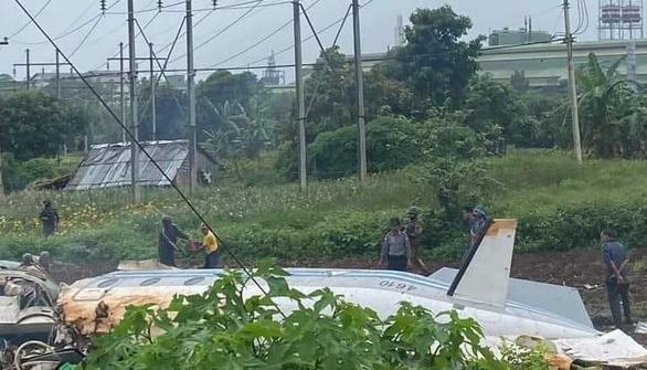 Máy bay quân sự rơi ở Myanmar, 12 người chết - Ảnh 1.