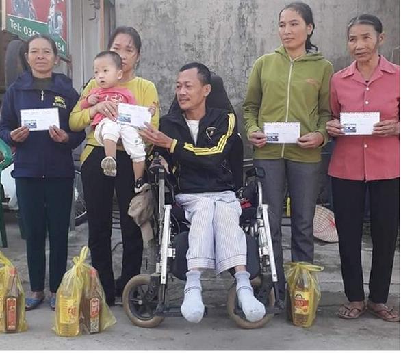 Dù đang dịch COVID-19, vẫn ngồi xe lăn đi xin tiền giúp hàng xóm mua quan tài - Ảnh 1.