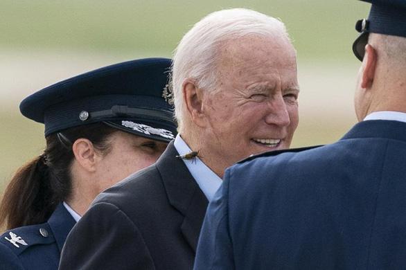 Ve sầu quấy rầy ông Biden, phá hỏng chuyến bay của nhóm phóng viên Nhà Trắng - Ảnh 1.