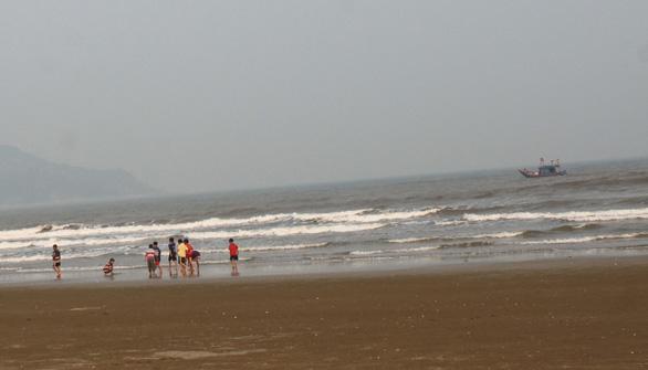 Ba em nhỏ chết đuối trong khi tắm biển ở Thanh Hóa - Ảnh 1.