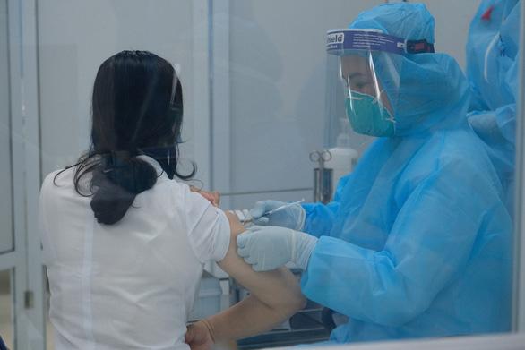 Hà Nội chấn chỉnh văn bản 'phải trả phí tiêm vắc xin - Ảnh 1.
