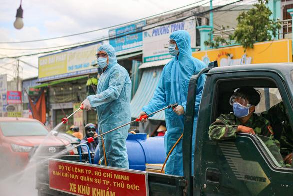 Cận cảnh quân đội phun hóa chất khử khuẩn tại TP Thủ Đức - Ảnh 7.