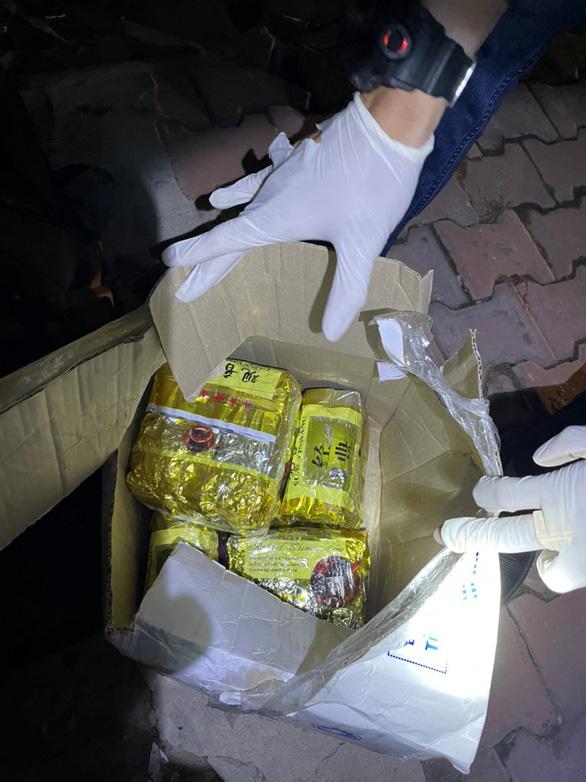 Kiểm tra một căn nhà cấp 4, bất ngờ phát hiện nhiều súng, lựu đạn và hơn 10kg ma túy - Ảnh 4.