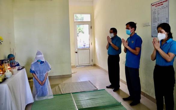 Bệnh viện lập bàn thờ trong khu cách ly để nữ điều dưỡng chịu tang mẹ - Ảnh 1.