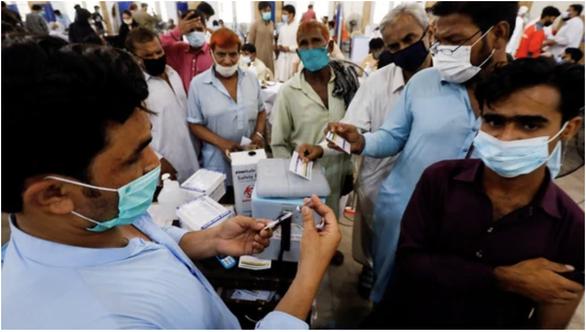 Ở Pakistan, không chịu tiêm vắc xin COVID-19 bị cắt mạng điện thoại - Ảnh 1.
